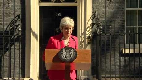 Theresa May se emocionou ao anunciar sua saída do cargo