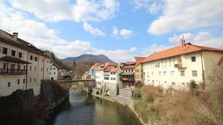 Hoje, o pequeno país de 2 milhões de habitantes, resultante da dissolução da leste europeia e socialista Iugoslávia, figura entre os lugares mais seguros e não violentos do mundo
