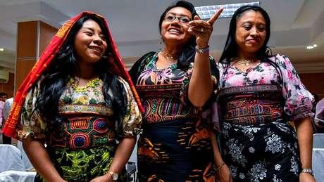 Mulheres Guna vestem roupas feitas com o tradicional bordado mola, considerado patrimônio do povo panamenho