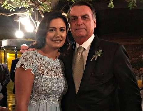 """Casamento de Heloísa Wolf e Eduardo Bolsonaro - O presidente Jair Bolsonaro compartilhou foto com a esposa, Michelle, na festa de casamento do filho """"03""""."""