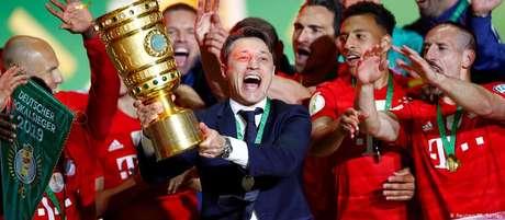O técnico Niko Kovac e o time comemoram a 19ª conquista da Copa da Alemanha