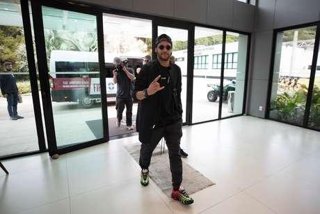 Neymar chega à Granja Comary, em Teresópolis, para se juntar ao grupo de jogadores onde a Seleção Brasileira realiza treinos