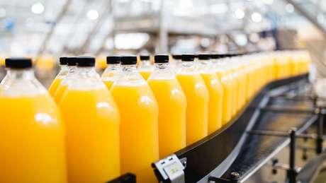 Brasil domina produção e exportação do suco de laranja, mas produto é engarrafado no mercado consumidor