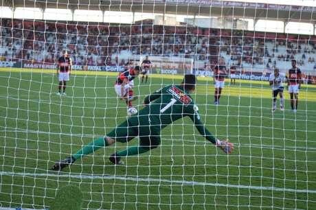 De pênalti, Mike faz para o Atlético-GO em empate com o Vitória.