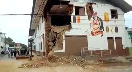 Um prédio danificado é visto após o terremoto em Yurimaguas, no Peru