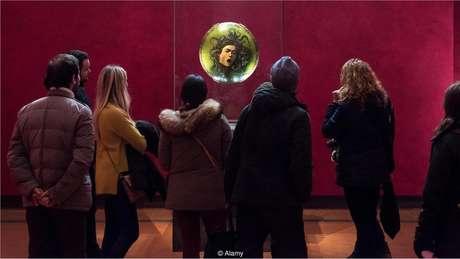 Um visitante da Galeria Uffizi de Florença desmaiou com a 'Medusa' de Caravaggio