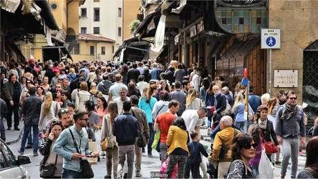 Um artista que visitava a Ponte Vecchio, em Florença, ficou convencido em poucos minutos de que estava sendo monitorado por companhias aéreas internacionais