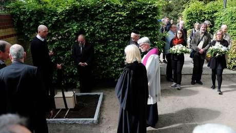 Enterro ocorreu em local próximo a um memorial às vitimas do nazismo