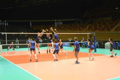 Seleção feminina durante treinamento na Holanda