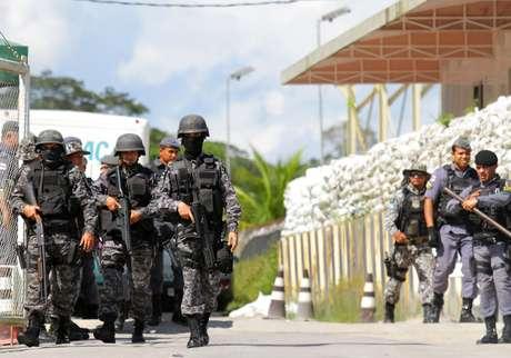 Policiais são vistos durante rebelião no sistema prisional em Manaus, Amazonas. 26/5/2019. REUTERS/Sandro Pereira