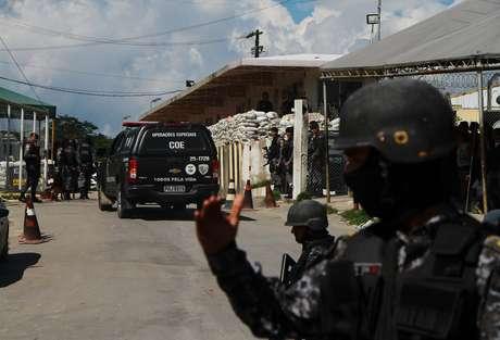 Policial controla acesso à entrada do Compaj, em Manaus
