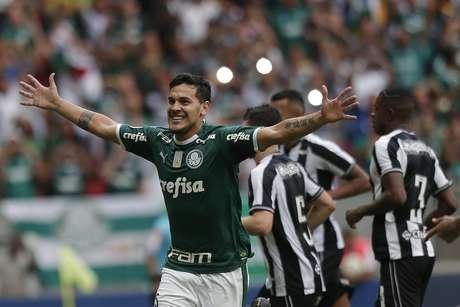 Gustavo Gómez comemora gol do Palmeiras contra o Botafogo em pênalti marcado pelo VAR