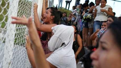 Mulheres em frente a presídio onde houve massacre de 55 presos em Manaus, entre domingo e segunda-feira