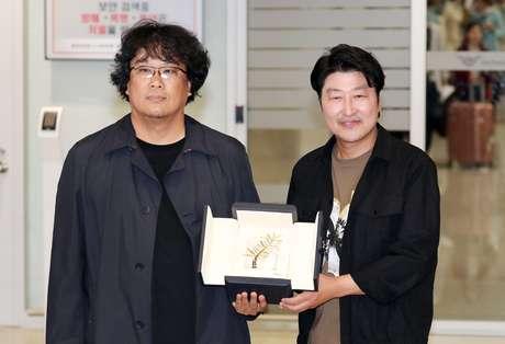 Diretor sul-coreano Bong Joon-ho e ator Song Kang-ho, de 'Parasite', ganhador da Palma de Ouro