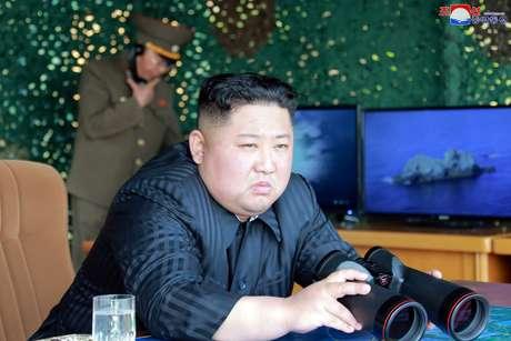 Líder da Coreia do Norte, Kim Jong Un, supervisiona exercício militar com lançamento de mísseis, em foto divulgada pela KCNA em 4 de maio KCNA via REUTERS