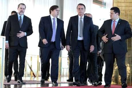 Presidente Jair Bolsonaro ao lado dos presidentes do Supremo, Dias Toffoli, da Câmara, Rodrigo Maia, e do Senado, Davi Alcolumbre, após café da manhã no Palácio da Alvorada, em Brasília 28/05/2019 Marcos Correa/Presidência da República/Divulgação via REUTERS