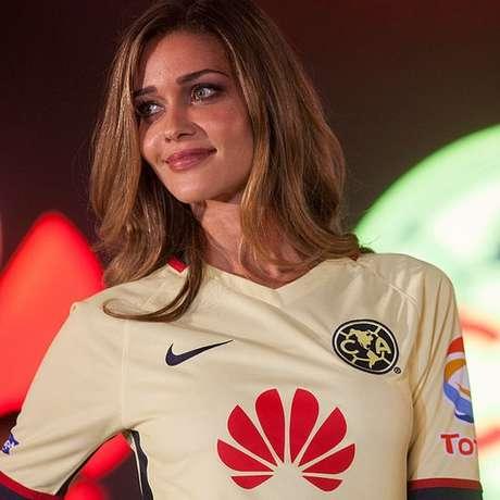 Modelo brasileira Ana Beatriz Barros com camiseta do América de México, um dos muitos times patrocinados pela Huawei