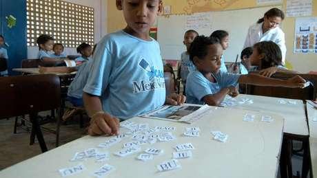 Estratégia combina ensinar às crianças como as palavras são articuladas e as mudanças de sentido com a troca de letras e sílabas; acima, aluno da escola em foto de arquivo