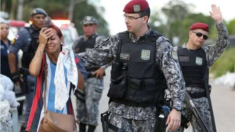 Policial consola parente de preso em presídio de Manaus; para socióloga, sociedade não tem empatia pela população carcerária