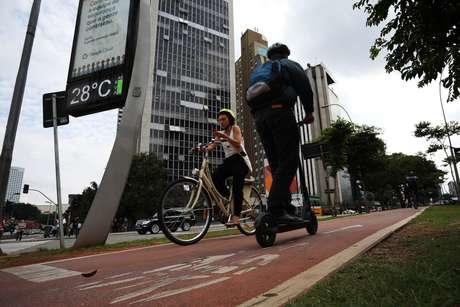Cena que deve ficar corriqueira: patinetes elétricos e bicicletas compartilhando o mesmo espaço de mobilidade