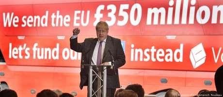 Boris Johnson em frente ao famoso ônibus da campanha pelo Brexit