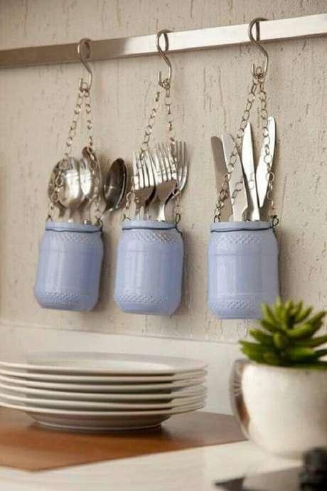 10. Quer dicas de decoração para cozinha mais fofa que usar potinhos com talheres expostos? – Foto: HF Urbanismo