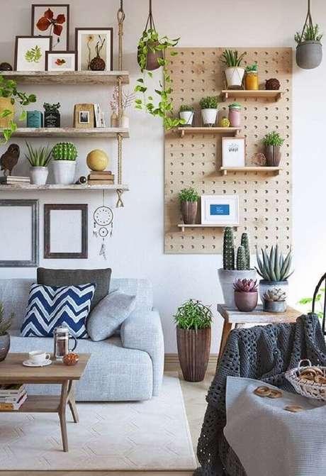 12. Dicas de decoração barata para sala com prateleiras suspensas e vasinhos de plantas – Foto: Tudo Especial