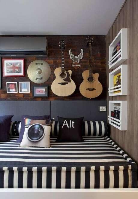 15. Instrumentos musicais são ótimas dicas de decoração para colocar um toque de sua personalidade no ambiente – Foto: Juliana Pippi