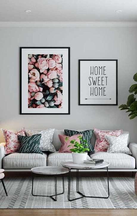 21. Quadros grandes são boas dicas de decoração para sala para quem não quer gastar muito – Foto: Pinosy
