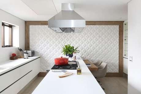 22. Revestimento 3D são dicas de decoração para casa e garantem um toque moderno ao ambiente – Foto: Patricia Bergantin