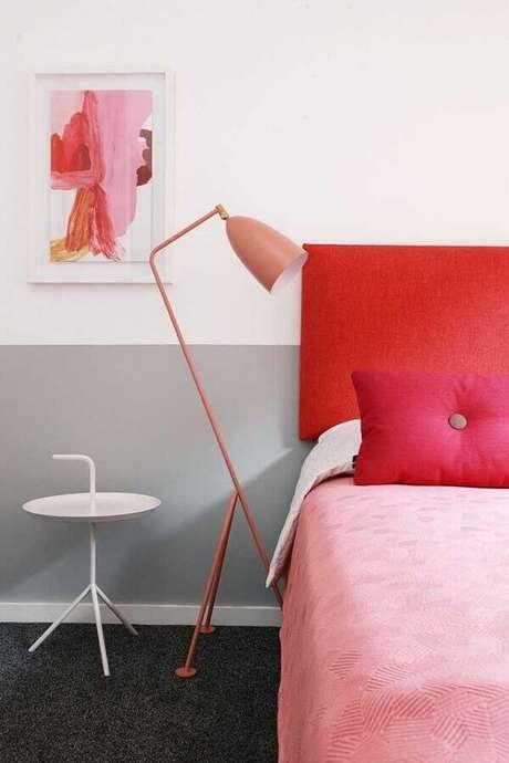 25. Dicas de decoração de quarto com cabeceira vermelha e luminária rosa de piso – Foto: Homedit