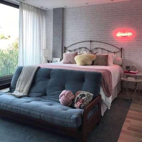 26. Luminária neon como dicas de decoração de quarto – Foto: Pinterest