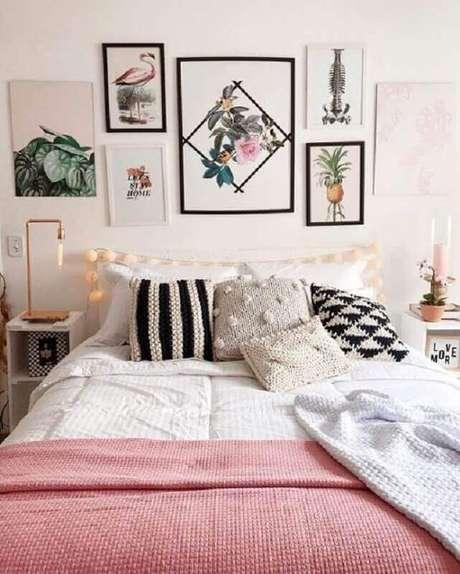 4. Já pensou em decorar a cabeceira da sua cama com quadros? Fica super charmoso – Foto: We Heart It