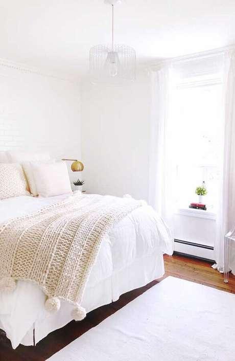 30. Uma das dicas de decoração de quarto todo branco é escolher uma bela roupa de cama – Foto: iCastle