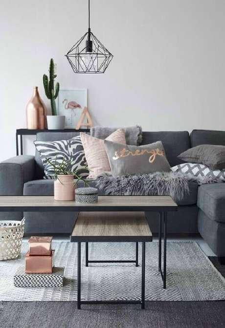 31. Dicas de decoração minimalista para sala cinza e rosa – Foto: NZZ Bellevue