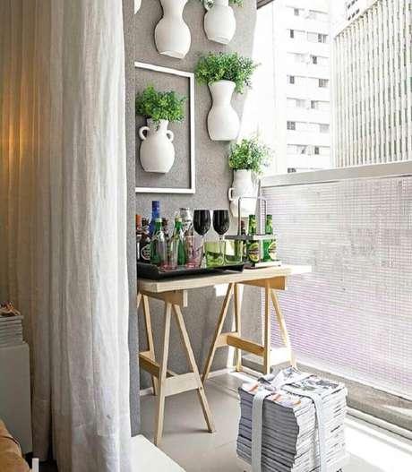 34. Dicas de decoração para casa com jardim vertical em varanda pequena – Foto: Pinosy