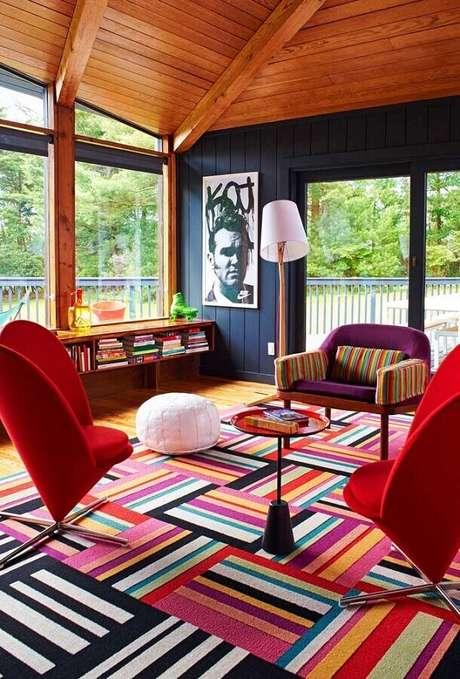 37. Dicas de decoração para casa com móveis e tapete colorido – Foto: Pinosy
