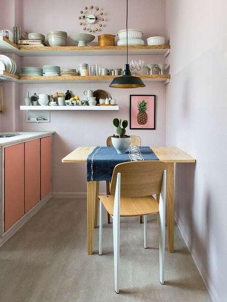 41. Dicas de decoração para cozinha com prateleiras de madeira e armários cor de rosa – Foto: Habitissimo