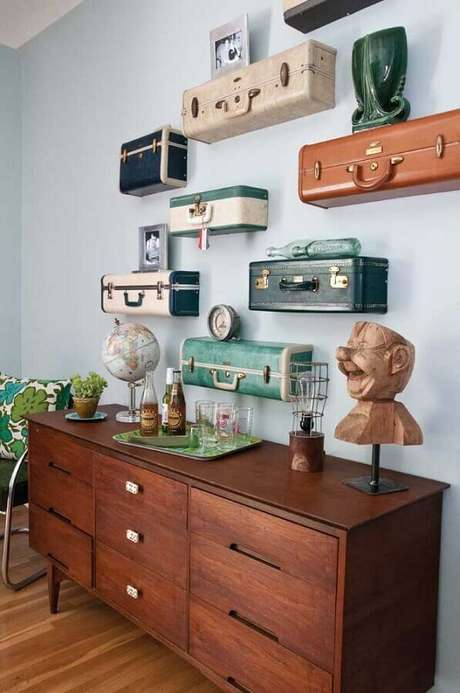 42. Dicas de decoração para casa com prateleiras feitas de malas antigas – Foto: Estilo y Decoración