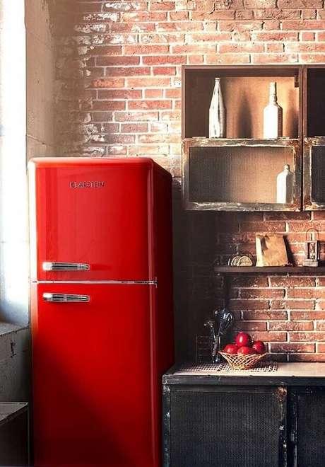 45. Uma das dicas de decoração para cozinha mais práticas é investir em eletrodomésticos coloridos – Foto: Wood Save
