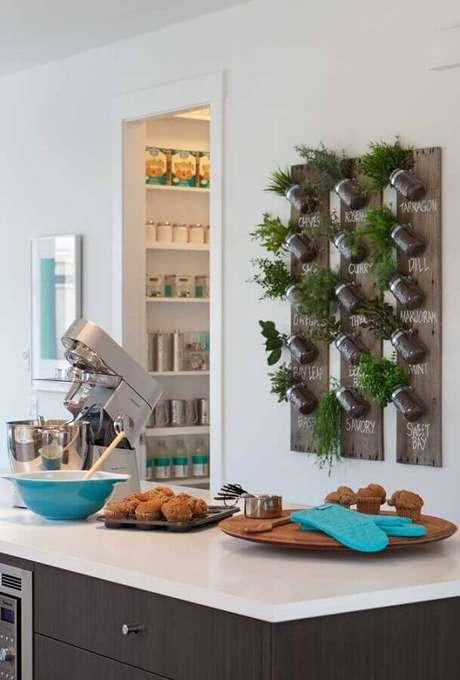 46. Dicas de decoração para cozinha com pequena horta vertical – Foto: Arab Mirror