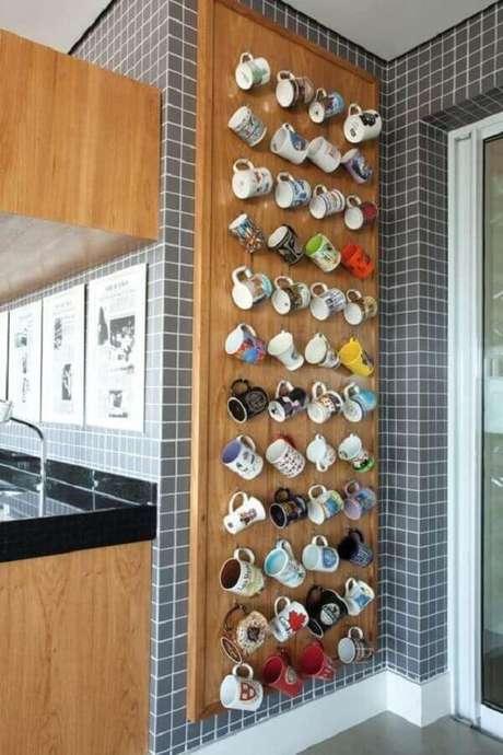 47. Dicas de decoração para cozinha com mural de xícaras – Foto: CoachDecor