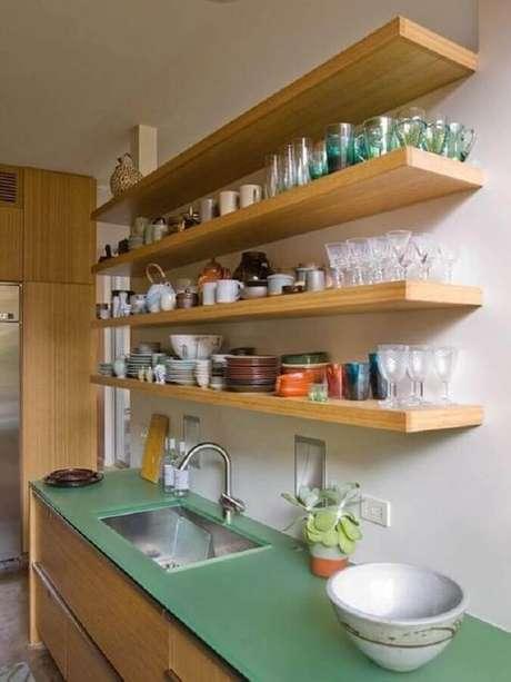 48. Dicas de decoração para cozinha com prateleiras de madeira e bancada verde – Foto: Kutsko Kitchen