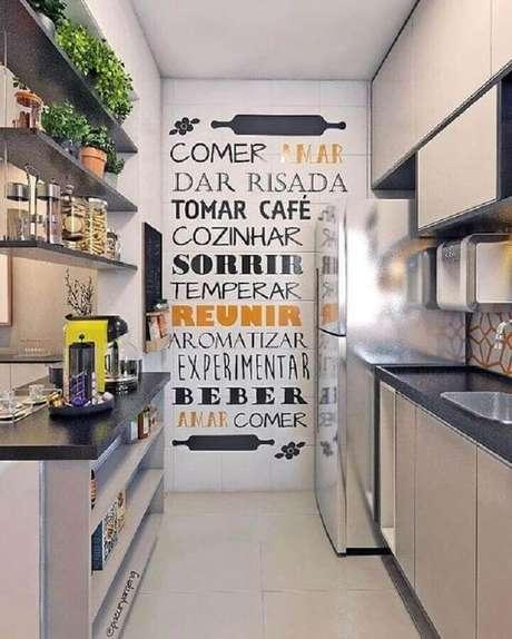 50. Dicas de decoração para cozinha corredor com adesivos de parede – Foto: Aaron Guide