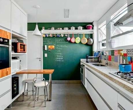 51. Dicas de decoração para cozinha simples com parede de tinta lousa e frigideiras penduradas – Foto: Neu dekoration stile