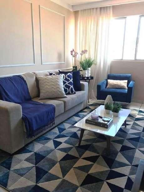 55. Dicas de decoração para sala azul com tapete estampado e boiserie – Foto: Pinterest