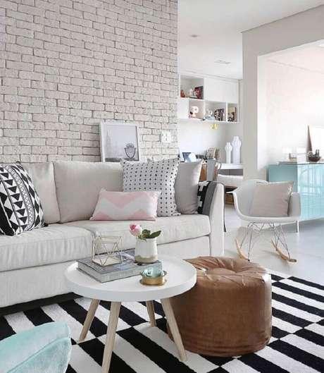56. Dicas de decoração para sala branca com parede de tijolinho e tapete listrado preto e branco – Foto: Mira e Destino