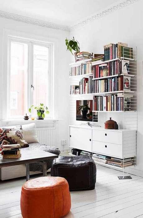 57. Livros são ótimos como dicas de decoração de quarto e sala – Foto: iCastle