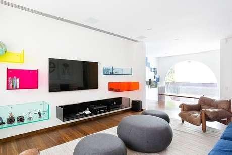 60. Nichos coloridos deram um toque divertido à decoração da sala ampla – Foto: Pascali Semerdjian Arquitetos