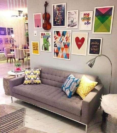 62. Dicas de decoração para sala com sofá cinza e vários quadros – Foto: Pinterest